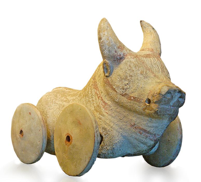 Xoguete de búfalo sobre rodas feito en madeira. Grecia antiga