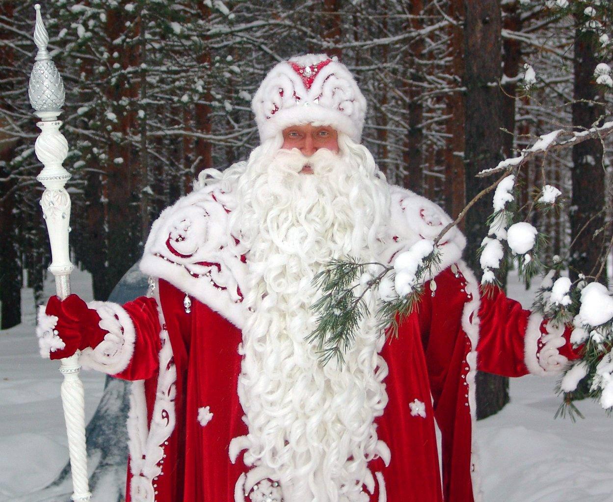 Ded Moroz con indumentaria vermella e branca, que comparte coa azul e branca.