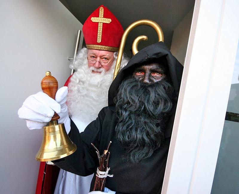 San Nicolás con Knecht Ruprecht. Pode observarse a cara pintada de negro e o feixe para azoutar