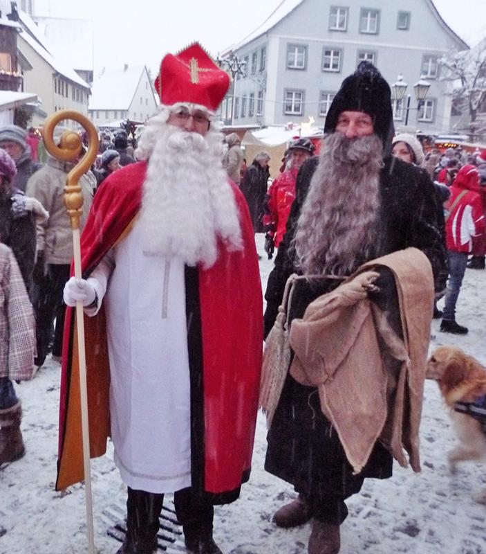 San Nicolás con Knecht Ruprecht, neste caso con roupa parecida a dun frade