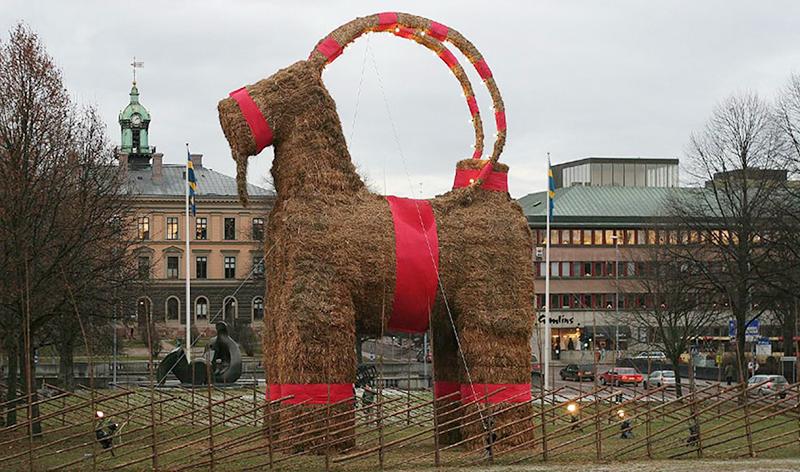 Gävlebocken, cabra xigante que se ergue todos os anos en Slottstorget dende 1966.
