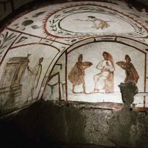 Representación de dous magos nas catacumbas de Priscila en Roma. S. IV