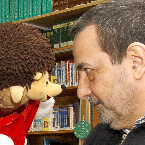 Eric dalle as grazas a Xoán G. pola visita (Foto X. M. Casal - La Voz de Galicia)