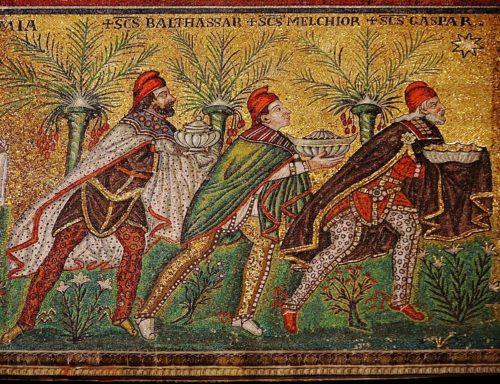 Detalle do mosaico devandito no que se poden apreciar os nomes dos Magos e as súas vestimentas.
