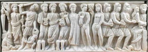 Sarcófago paleocristián de Layos, Toledo, anos 312 a 320. O terzo dereito, logo de Adán e Eva no Paraíso, representa a adoración dos Reis Magos coa Virxe erguendo ao Neno Xesús.